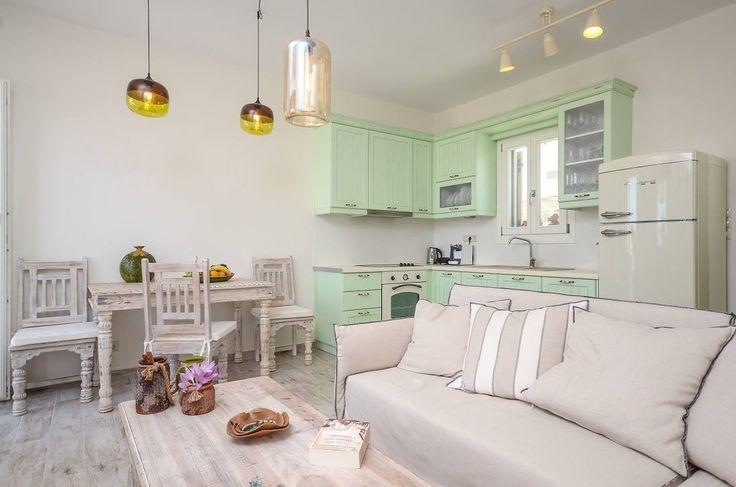 Salotto romantico in bianco e verde menta #Bompani #architettura #design #arredamento #MadeInItaly #ItalianCulture #ItalianCuisine #fridge #frigorifero #white