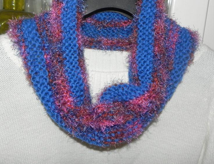 Sciarpa scaldacollo ad anello in misto lana nei toni del blu con piuma multicolore : Sciarpe, foulard, cravatte di ciuppino