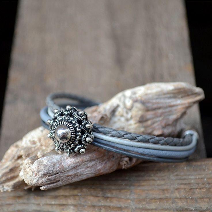 Leren armband met Zeeuwse knoop in grijstinten.