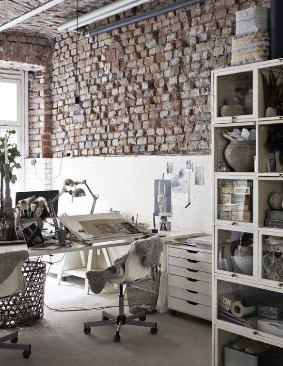 Le coin atelier de l'illustratrice/calligraphe Sara N Bergman dans son loft en…