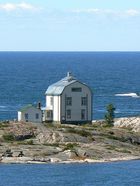Architectural Inspiration:  Sea House on one of the islands in the Finnish archipelago | photo: photo touring flickr