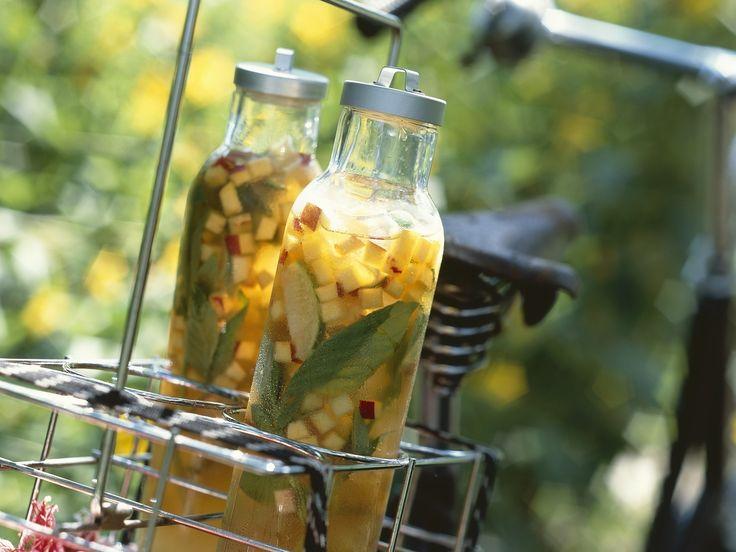 Eistee mit Pfirsich, Nektarine und Basilikum   Zeit: 20 Min.   http://eatsmarter.de/rezepte/eistee-mit-pfirsich-nektarine-und-basilikum