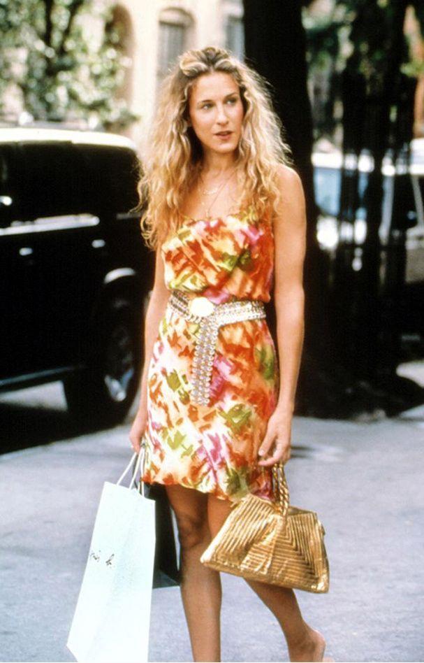 Bien décidée à se remettre de sa rupture avec Big, Carrie fait la connaissance d'un alcoolique en sevrage qui remplace progressivement sa dépendance... par elle ! Rien d'étonnant quand on la voit porter cette robe à imprimé graphique agrémentée d'une large ceinture en strass.