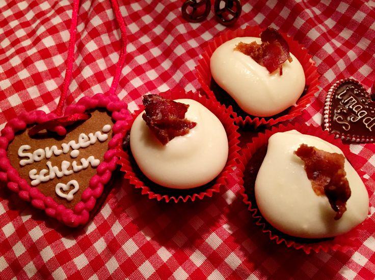 Oktoberfestspecial. Süßes zur Wiesn Zeit. Schokoladen Bier Cupcakes mit Ahornsirup-Speck Frosting