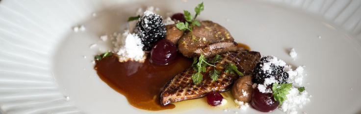 Vagtelbryst tilberedt sous vide, stegt foiegras, brombær, gelé på brombær og hasselnød. Klassisk servering med stil.