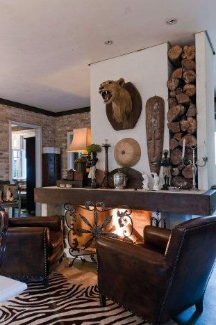 Mel Gabardo/ Gazeta do Povo / Lareira - Localizada atrás da mesa de jantar e na frente de duas poltronas de couro. As lenhas usadas na lareira compõem a decoração, inseridas em um vão na parede
