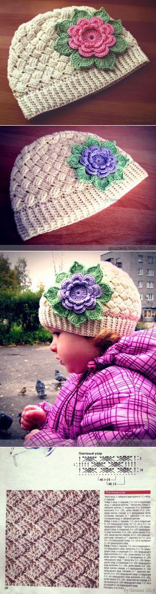 Детская шапочка связанная крючком с большим цветком.