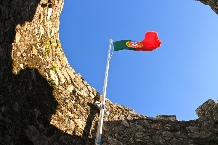 One flag over One of the Dozens of towers of the Sintra´s ex-arabian (now portuguese) walls!