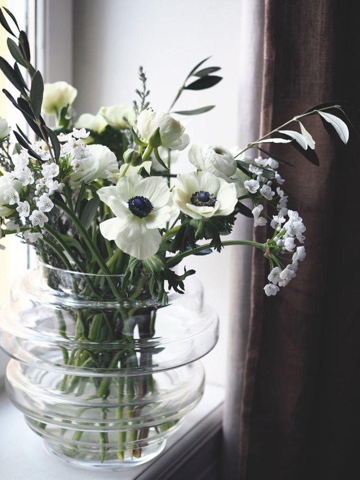 Arrangerer blomstene løst i store vaser, slik at utrykket blir mer luftig.