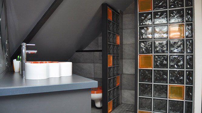 Briques de verre oranges et blanches
