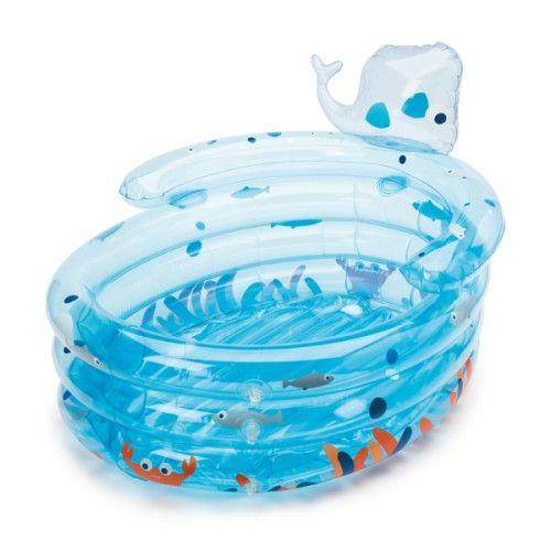 Dès les premières semaines il est important d'initier votre bébé au plaisir de la vie. L'eau est l'élément le plus proche de sa vie intra-utérine aussi, profiter du bain pour révéler ce plaisir est très important. La baignoire gonflable évolutive Baleino toute gaie, multicolore et bien confortable grâce à son fond gonflable peut faire revivre un de ces tendres moments de complicité... Cette baignoire dispose d'un système de vidange et se plie de façon très compacte. C'est pour cela qu'elle…