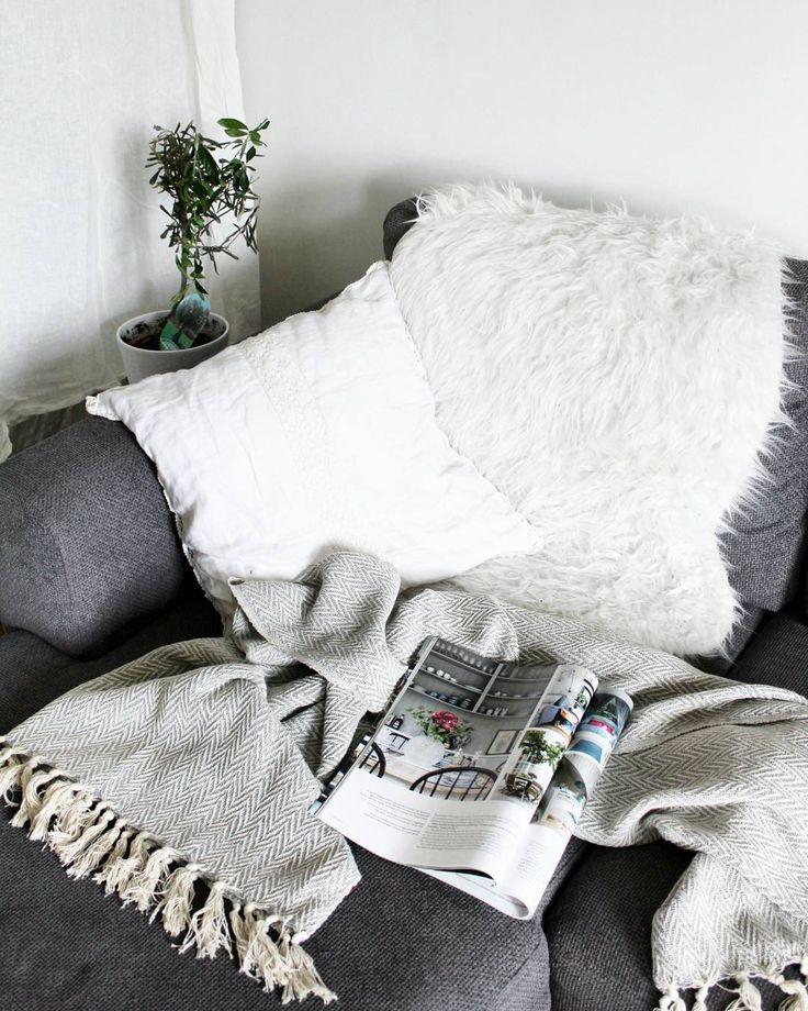 Mys ner dig i soffan med en gråmönstrad bomullspläd!