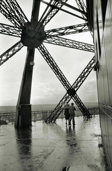 Tour Eiffel . 1952  \\ Henri Cartier-Bresson (1908  - 2004 ) est un photographe français.