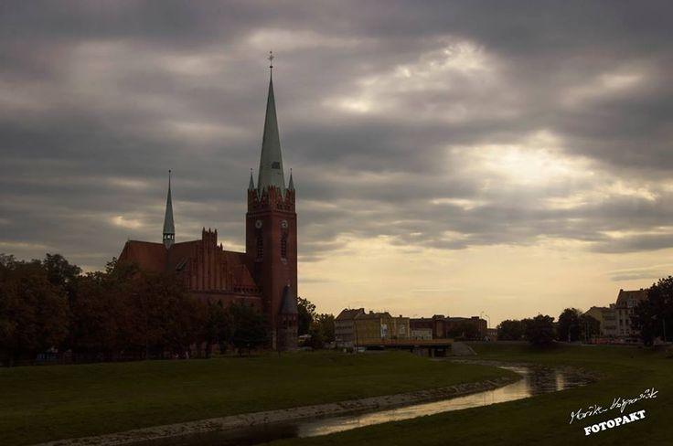A nad rzeką, nawet w najbardziej szare dni, zza chmurki wygląda słoneczko :) Legnica, Kościół św. Jacka, ul. Nadbrzeżna, w tle Wrocławska fot. Monika Kasprowiak