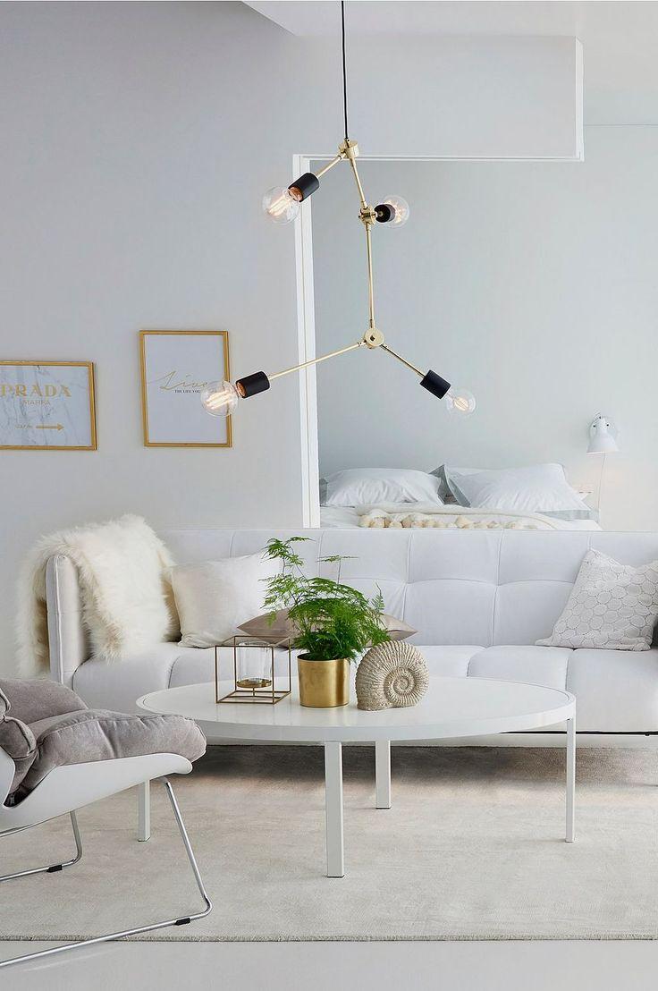 Modern lampa med attityd och stil. Fyra ljuspunkter som förgrenar sig och sprider ljus över rummet. Rikta ljuset genom att vrida armen i sidled. Material: Metall. Storlek: 74x28x14 cm. Beskrivning: Taklampa av metall med 4 st riktbara ljuspunkter. Sladd 120 cm. Glödlampor medföljer ej. Sockel/lampa: 4 st E27, max 40 w glödlampa eller max 7 w lågenergilampa. Tips/råd: Matcha lampan med snygga glödlampor som har dekorativ glödtråd för att få till den där lyxiga looken.