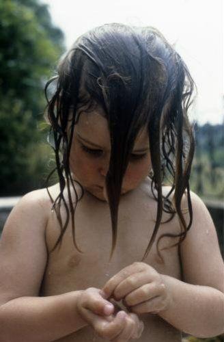 Dominique van Rossum | Peutermeisje met lang nat haar, Perrancey, Frankrijk, 1983.