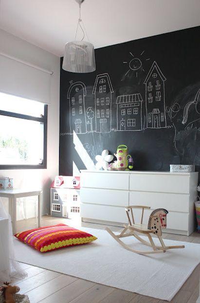 Chambre avec mur ardoise