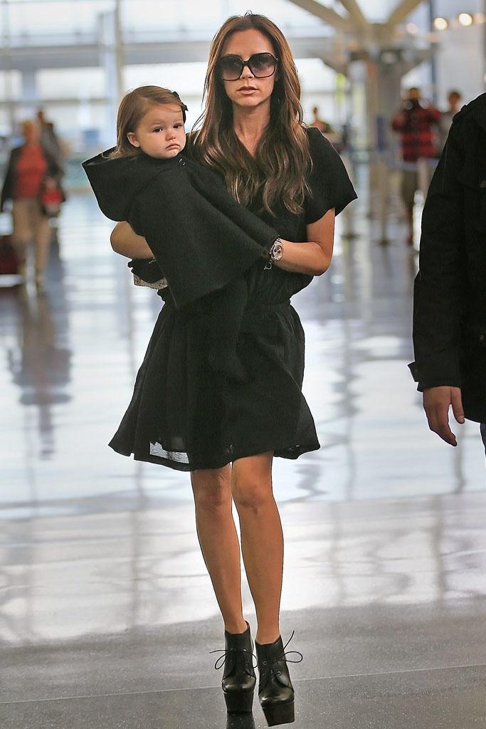 El estilo de Harper Beckham  En la imagen, Victoria y baby Harper en el aeropuerto JFK de Nueva York. Harper lleva abrigo de Burberry.