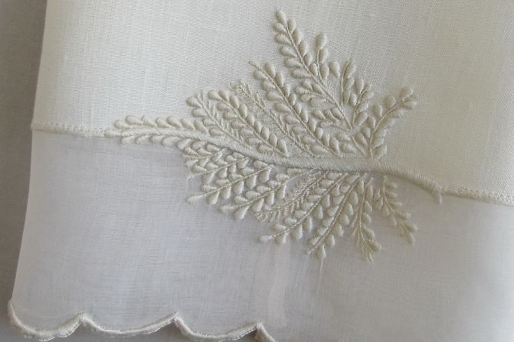 Hand towel in linen and embroidered organdy the rope and bastidos point.