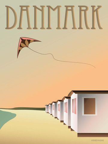 Vissevasse plakat DANMARK  - Badehusene  Et lille badehus står og venter med håndklæder og Speedos. Skynd dig ind og klæ' om, og hop i bølgen blå. Der er ikke noget som en dukkert i sommervarmen.  Og hvis en du holder af, giver is bagefter, er det svært ikke at blive glad i låget…