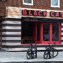 Black Cat www.blackcatcafe.co.uk 76 Clarence Road Black Cat is 100 procent veganistisch. Een kleine groep mensen runt deze zaak en promoot hiermee een gezonde levensstijl. Er is geen standaardmenu aanwezig maar er is altijd soep, (hartige) taart en aardappeltjes in schil op een speciale manier bereid. Een aantal populaire gerechten: pastinaak-pompoen-gembersoep, een broccoli-boerenkool-bloemkooltaart en een yummy linzenburger.