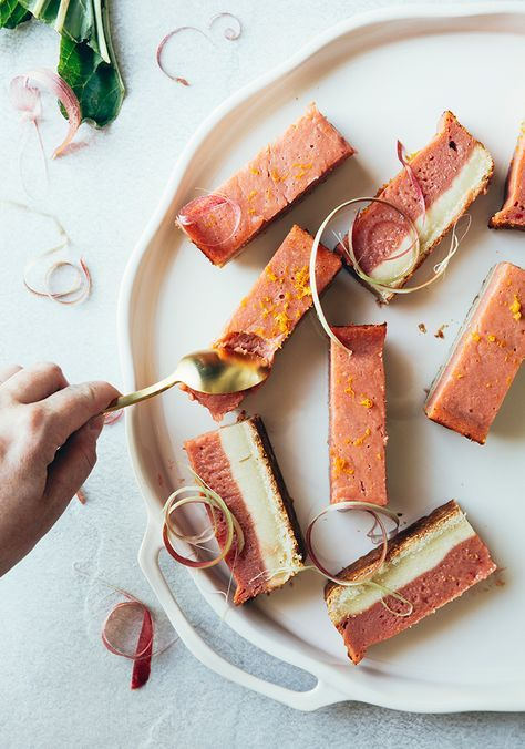 J'ai plein de recettes de rhubarbe à vous présenter cette semaine, en commençant par cette recette de barres