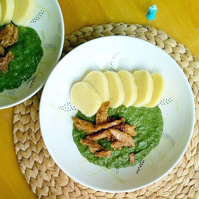 Špenát s bramborovým knedlíkem a sojovými nudličkami / Spinach sauce with potato dumplings and soy meat