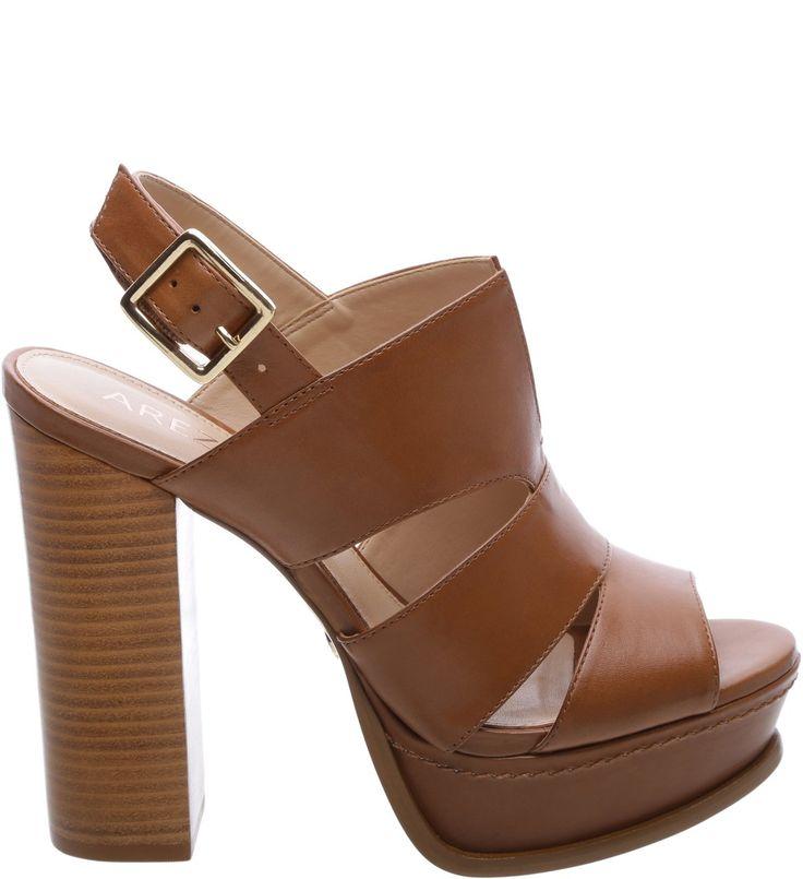 Com saltão poderoso de madeira, a sandália de couro na cor Scotch tem plataforma frontal para garantir o conforto. Para o dia ou para a noite, o modelo não faz feio com looks para o trabalho ou para