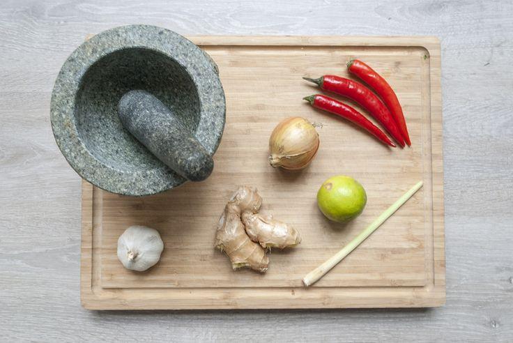 Recept voor vegan curry met bloemkool, sperziebonen, doperwten, peultjes van een zelfgemaakte boemboe.