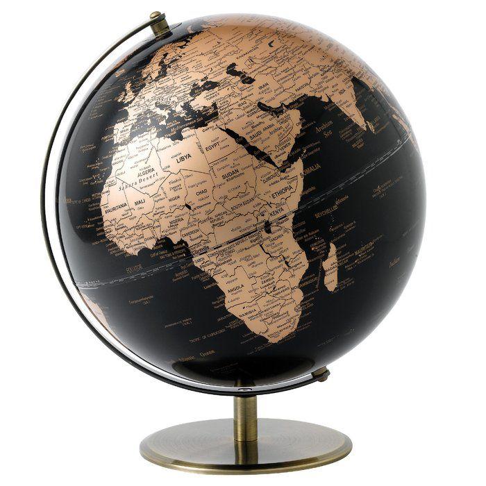 Der stilvolle Globus Black and Copper eignet sich nicht nur perfekt als Dekorationsobjekt in Ihrem Wohnraum, sondern auch als Geschenkidee für Reiselustige. Er ist auf ein verkupfertes Gestell montiert und wirkt mit seinem edlen Look besonders elegant.