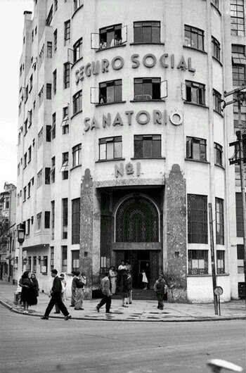 Sanatorio 1 del IMSS, alrededor de 1945, frente al Parque México.