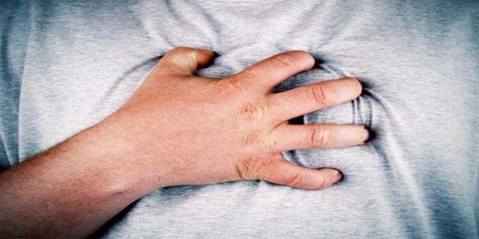 Als je denkt dat iemand met een hartaanval heeft, kan direct actie ondernemen hun leven redden. Hier vindt u de hartaanval symptomen en wat te doen in zo'n geval. Een hartaanval wordt veroorzaakt d…