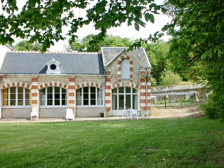 Charming gîte combined bricks and freestone is located near the castle of Vaugaudry : a vineyard in the south Vienne. You'll have the opportunity to visit the medieval city of Chinon which will riveal lot of secrets.