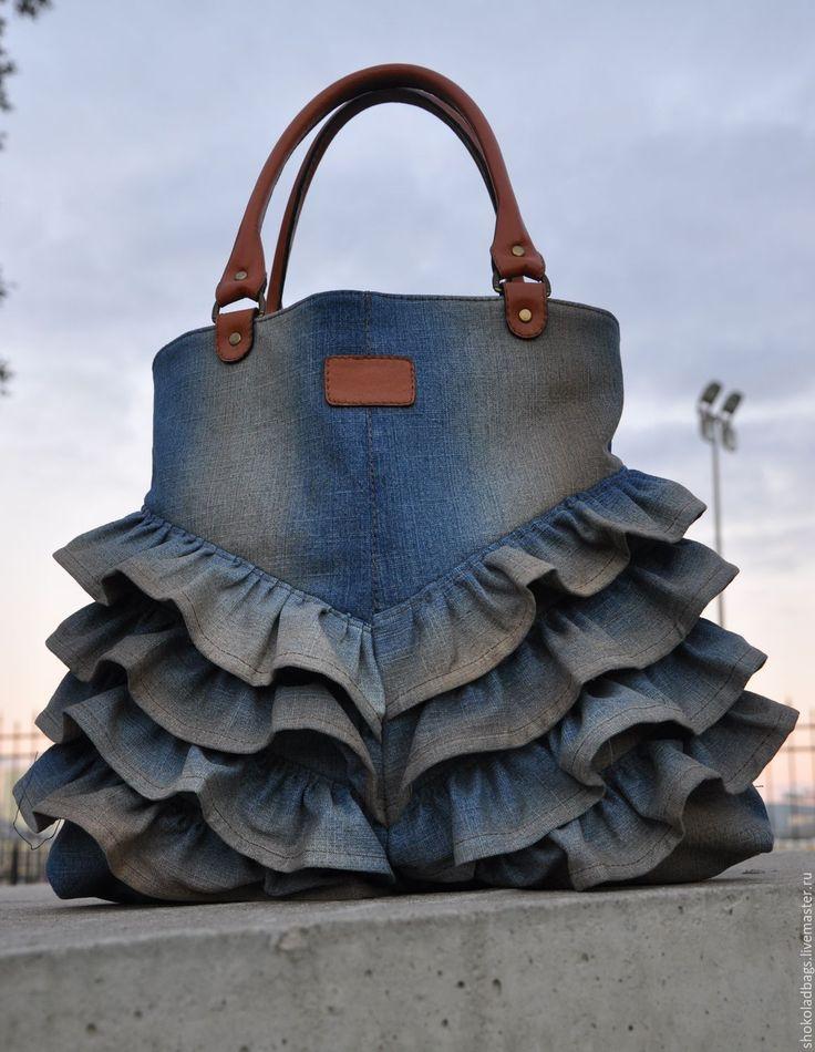Купить или заказать Джинсовая сумка с кожей ' Подружка ковбоя -2 ' в интернет-магазине на Ярмарке Мастеров. Сумка имеет прямоугольную форму, Сшита из итальянской джинсовой ткани ( 100% cotton) c эффектом потертости . Ручки, карман с клапаном на задней части - мягкая кожа ( овчина). Спереди - воланы из дж ткани. Вверху сумка закрывается на молнию. Подкладка - натуральный лен, внутри - большой карман на молнии.