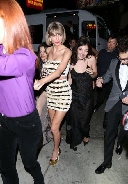 Liggen daar nou briefjes van honderd?! Taylor Swift vierde haar Grammy-winst in stijl!