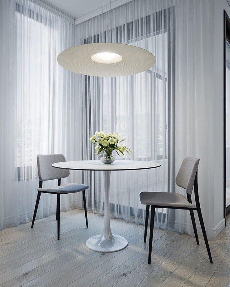Роль обеденного играет небольшой, но очень выразительный стол Hugo от Итальянской фабрики Cattelan Italia. Изящная пластиковая ножка и тонкая столешница делают стол легким, не загромождающим пространство. В то же время, за ним могут комфортно разместиться за трапезой от 2-х до 4-х человек. Красота должна быть функциональной, считают в Cattelan Italia. И мы тоже 😉#artmonopoly #interiors #adrussia #маленькиеквартиры
