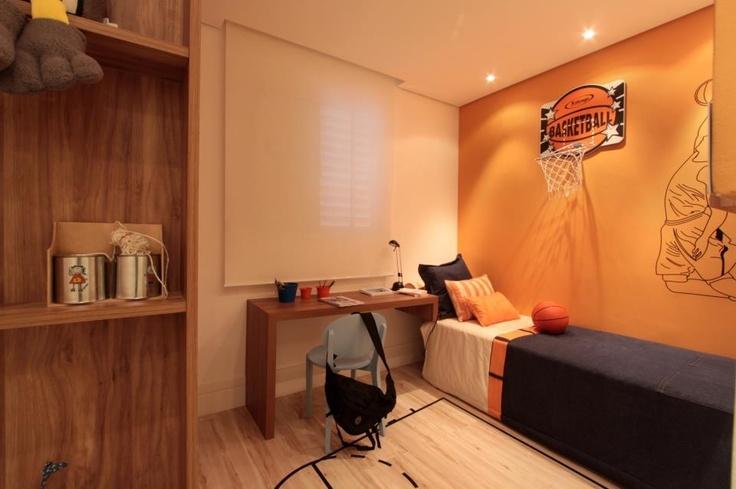 Projeto de arquitetura de interiores e decoração da arquiteta decoradora Pricila Dalzochio. Quarto menino. Dormitório com tema de basquete. Dormitório azul e laranja.