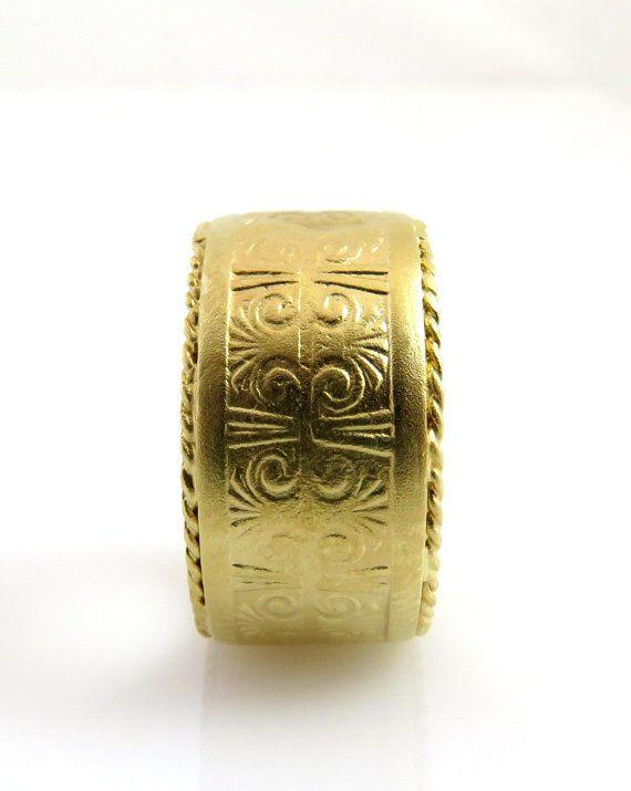 Cette bande de mariage sculptée avec une bande de motifs de style égyptien est faite de solide or jaune 14 K.  Une bague originale et unisexe avec un motif de style égyptien. La combinaison parfaite de la style ancien et de modernité qui, jespère que vous aurez plaisir à porter. Laissez-vous être unique. Cette bague a été faite avec toute ma passion et amour, par la plus haute norme et matériaux.  Lintérieur de la bague est lisse et polie pour la beauté et le confort.  Lanneau est également…