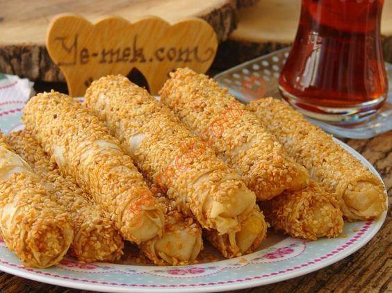 Simit tadında çıtır çıtır bir börek tarifi... Değişik börek tarifi arayanlar mutlaka denemeli...