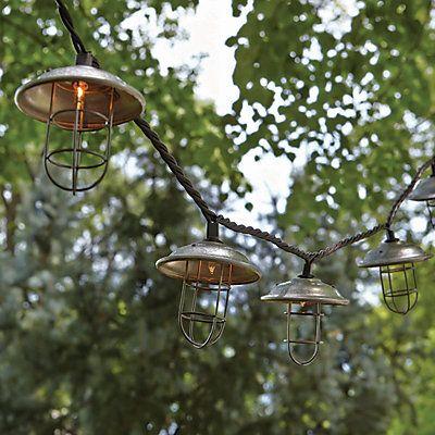 Ajoutez une touche ornementale à votre décor intérieur ou extérieur avec la guirlandes lumineuses à hotte et cage à 10ampoules incandescentes . La guirlande de 2,6m (8½pi) comprend 10ampoules incandescentes avec couvercles décoratifs.
