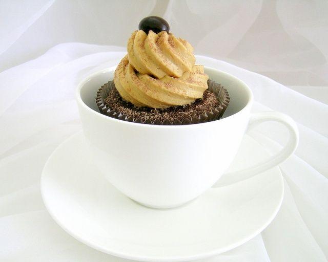 Luchtige koffie cupcakes met een heerlijk romige koffie botercreme toef