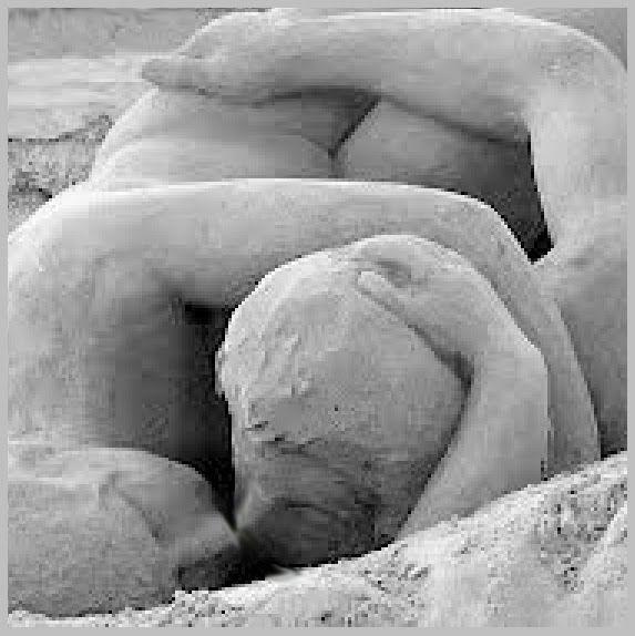 ODISEO: ¡OH DESEO!: Circe y Ulises -la maga y el guerrero- tratando en dirimir supremacía, en campo de batallavan al lecho con armas consabidas: las del sexo. Todo empieza en contacto por los ojos y a su través en ánimo intuimos que los cuerpos realizarán deseos. Ya juntamos nuestras manos y los pechos, y mil besos repartimos por los rostros, y las bocas entreabiertas dan albergue a las lenguas en naumaquias combatiendo…(Ver ➦)…