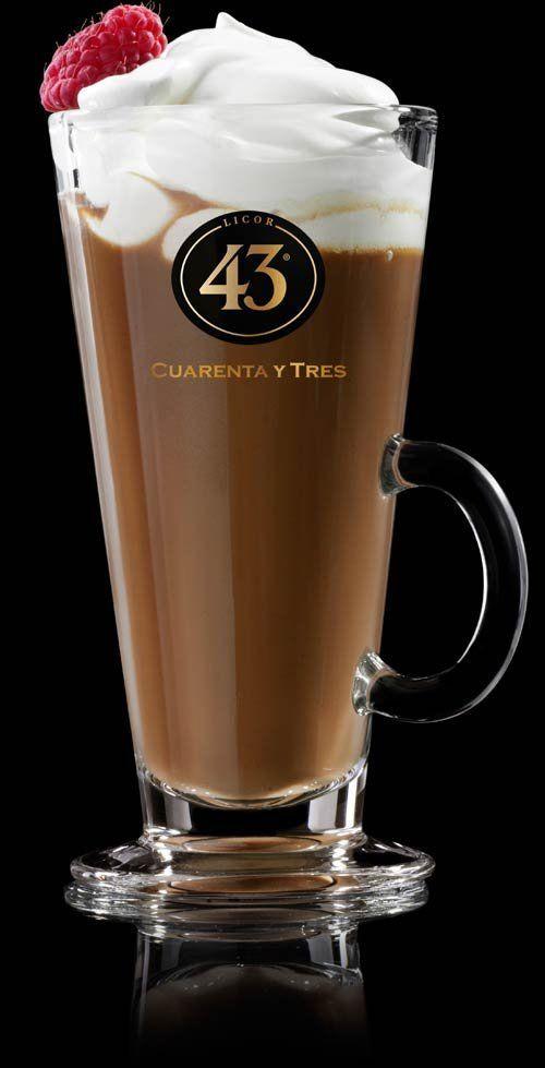 13841743621_choco_glow Choco Glow (bron: Licor 43) 80 ml warme chocolademelk. 50 ml Licor 43 50 ml verse espresso bij. Deze drie goed door elkaar roeren. Serveer in een hoog macchiato glas met een flinke toef slagroom en wat rood fruit en/of geraspte chocolade als garnering.
