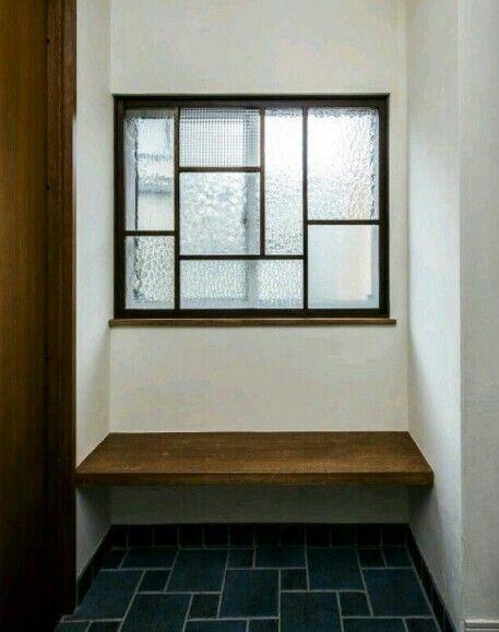 玄関のFIXにガラスのパッチワーク・瑠璃色タイルが美しい、レトロモダンな家