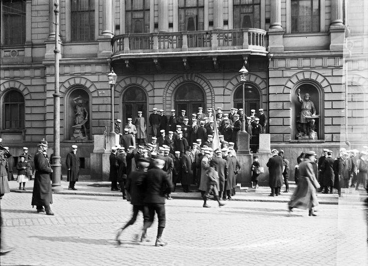 Ylioppilaita Vanhan ylioppilastalon edessä. Svenska litteratursällskapet i Finland Gustaf Sandberg 1900.