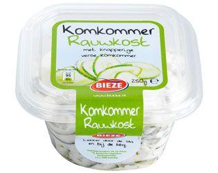Komkommer rauwkost is een lekkere, frisse rauwkostsalade met verse knapperige schijfjes komkommer, uitjes en kruiden die eigenlijk overal bij gegeten kan worden.