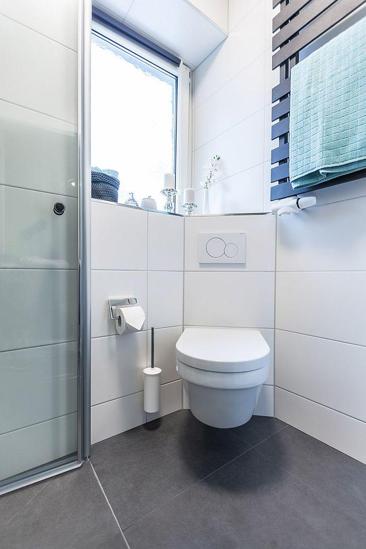 Das verkürzte und über Eck angeordnete WC schaff…