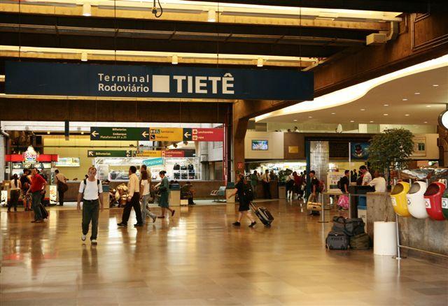 Terminal Rodoviário Tietê, em São Paulo, SP. Brasil. A comercialização de passagem é feita em mais de 120 bilheterias das mais de 60 empresas rodoviárias.
