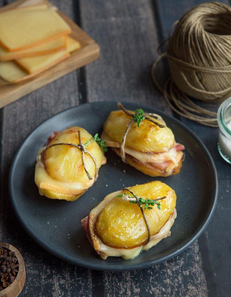 Recette Sandwich de pommes de terre et raclette : Épluchez les pommes de terre et coupez-les en 2. Disposez une feuille de laurier sur chaque pomme de terre puis arrosez le tout d'un filet d'huile d'olive. Salez, poivrez.Enfournez 30 minutes à 180°C. Retournez à mi-cuisson. Retirez le laur...
