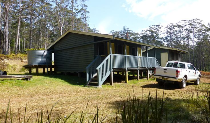 Free accommodation is available at Daisy Plains huts in Carrai National Park, near Kempsey. These bush huts offer toilets and a kitchen area and are perfect for remote camping.